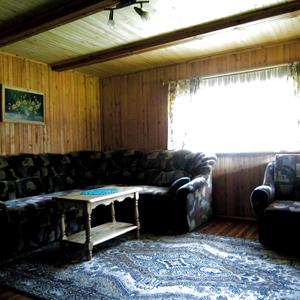 Большой диван со столиком