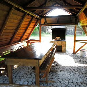 Беседка и место для приготовления барбекю